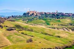 Tuscan landskap, sikt av den Pienza staden Arkivfoto