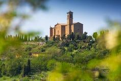 Tuscan lantligt landskap med kyrkan Royaltyfri Bild