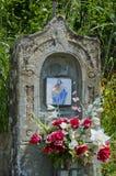 Tuscan minnesmärke av Madonna och barnet Arkivbild