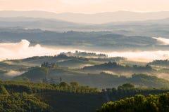 Tuscan motiv September morgon i omgivningen av San Gimignano royaltyfria foton