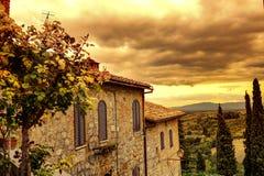 Tuscan sikt från San Gimignano på soluppgång fotografering för bildbyråer
