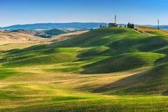 Tuscan sommar på fälten i den härliga sikten Royaltyfri Bild