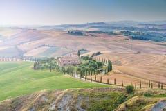 Tuscan sommar på fälten i den härliga sikten Fotografering för Bildbyråer