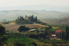 Tuscany bygdpanorama, Rolling Hills och gräsplanfält på royaltyfria foton