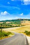 Tuscany, droga Pienza średniowieczna wioska. Siena, Val d Orcia, Włochy Fotografia Stock