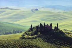 Tuscany hus i dimma Arkivfoto