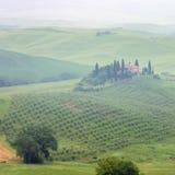 Tuscany hus i dimma Fotografering för Bildbyråer