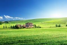 Tuscany krajobraz z typowym gospodarstwo rolne domem Obrazy Royalty Free