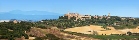 Tuscany kształtuje teren panoramę z Pienza miasteczkiem na wzgórzu, Włochy Obrazy Stock