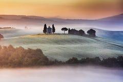 Tuscany kyrka på kullen Royaltyfri Fotografi