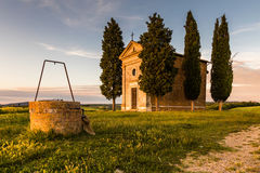 Tuscany kyrka som omges av cypressar Royaltyfria Foton