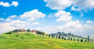 Tuscany landskap med hus på en kulle fotografering för bildbyråer