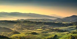 Tuscany Maremma mgłowy ranek, ziemie uprawne i zieleni pola, Włochy obraz royalty free