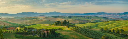 Tuscany panorama i morgonen arkivfoto