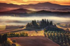 Tuscany panorama- landskap med det berömda lantbrukarhemmet Rolling Hills Royaltyfria Foton