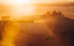 Tuscany, panoramiczny krajobraz z sławnego domu wiejskiego tocznymi wzgórzami fotografia stock