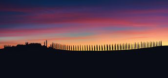 Tuscany, panoramiczny krajobraz z sławnym domem wiejskim w pięknym zdjęcia stock