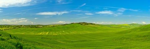 Tuscany powietrzny panoramiczny widok od trutnia w wiosna czasie Zieleń, Italy zdjęcia stock
