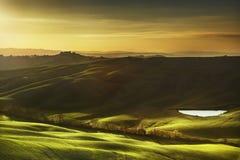 Tuscany som är lantlig landskap på solnedgången, Italien Laken och gräsplan sätter in Fotografering för Bildbyråer