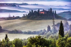 Tuscany villa i den dimmiga dalen Royaltyfri Foto