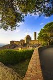 Tuscany, Volterra stadhorisont, kyrka och träd på solnedgång ital royaltyfri bild