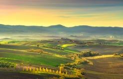 Tuscany wsi mglista panorama, toczni wzgórza i zieleni pole, obraz royalty free