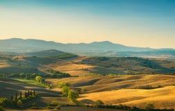 Tuscany wsi panorama, toczni wzgórza i pola przy sunris, obrazy royalty free