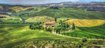 Tuscany wzgórza jak krajobrazowa droga zdjęcie royalty free