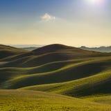 Tuscany, zmierzchu wiejski krajobraz Toczni wzgórza i ziemia uprawna Obrazy Royalty Free