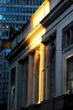 Tusen dollar som är central under guld- solnedgång arkivbilder