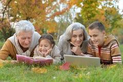 Tusen dollarföräldrar som spenderar tid med barnbarn royaltyfria foton
