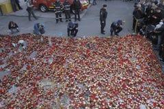 12.000 tusen personermarsch i tystnad för 30 döda offer i brandklubba Fotografering för Bildbyråer