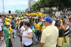 Tusentals brasilianer går till gatorna att protestera mot cor Arkivbild
