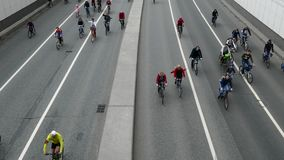 Tusentals cyklister på en stadsgata stock video