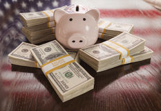 Tusentals dollar, spargris, amerikanska flagganreflexion på Ta Royaltyfria Foton