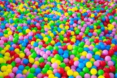 Tusentals färgrika plast-bollar Arkivbilder