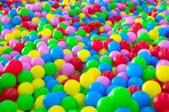 Tusentals färgrika plast-bollar Royaltyfria Foton