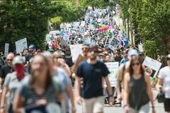 Tusentals går i mars för den Atlanta jorddagen för vetenskap Arkivfoto