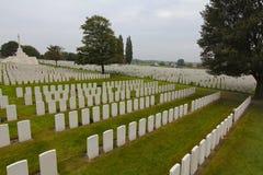 Tusentals gravar, Tyne Cot Cemetery, Ypres arkivfoto