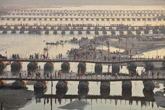 Tusentals hinduiska fantaster som korsar pontonbroarna över Gangeset River på den Maha Kumbh Mela festivalen arkivfoton