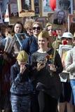 Tusentals marscherar för att minnas släktingar för världskrig 2 Pojke i militär likformig med festliga bollar Royaltyfri Foto