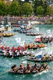 Tusentals åskådare som håller ögonen på starten av den traditionella fartygmaraton i Metkovic, Kroatien Royaltyfri Fotografi