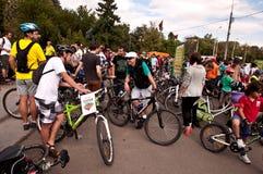 Tusentals som protesterar för cykelgränder i Bucharest Arkivbild