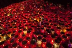 Tusentals stearinljus som exponerar en kyrkogård under all helgons dag Arkivfoton