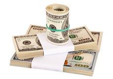 Tusentals US dollar i packar som isoleras på vit Royaltyfri Foto