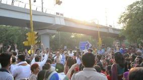 Tusentals vallfärdar delta i den Kumbh Mela festivalen på den Paharganj vägen, New Delhi stock video