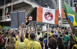 Tusentalshopsamling för enkorruption protest i Sao Paulo, Br Arkivbild
