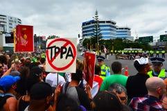 Tusentalsprotest mot TPPA i centrala Auckland Nya Zeeland Arkivfoto
