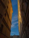Tussen de twee gebouwen Uitstekende muren van huizen tegen B Royalty-vrije Stock Fotografie