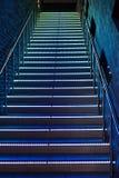 Tussen de vloerentrap met verlichte stappen Royalty-vrije Stock Foto